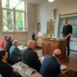 ELSA-Schüler*innen bei der Wiedereröffnung des historischen Klassenzimmers